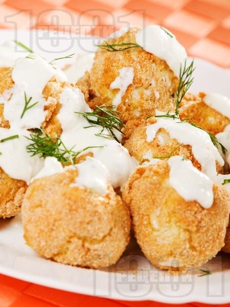 Хрупкави печени картофени кюфтенца на фурна с галета и млечен чеснов сос - снимка на рецептата